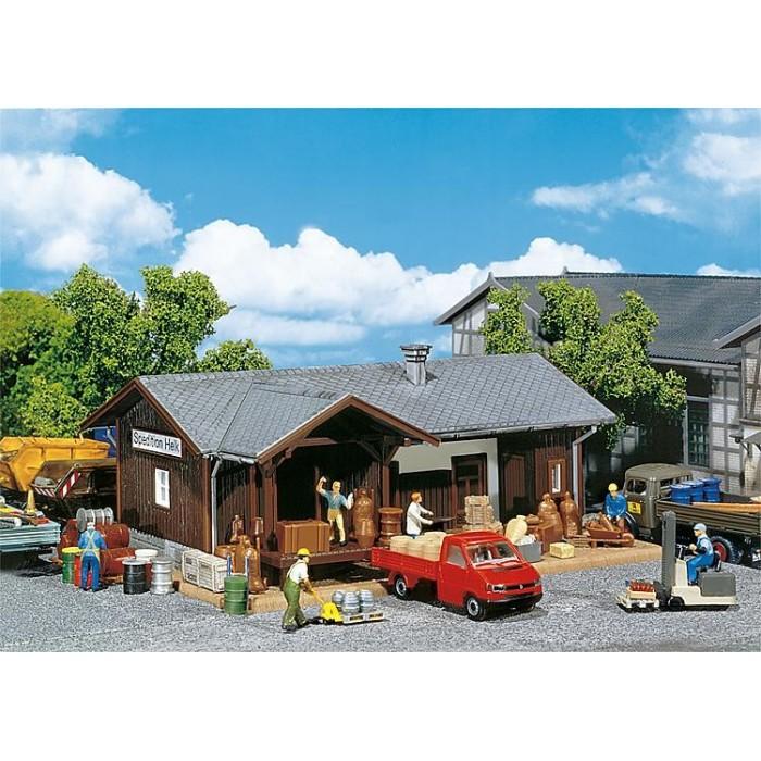 120249 Faller Pakhuis met diverse goederen